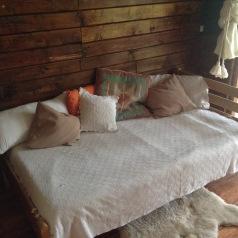 Ambiente para cama de plaza y media o camarote, ventana a la terraza.